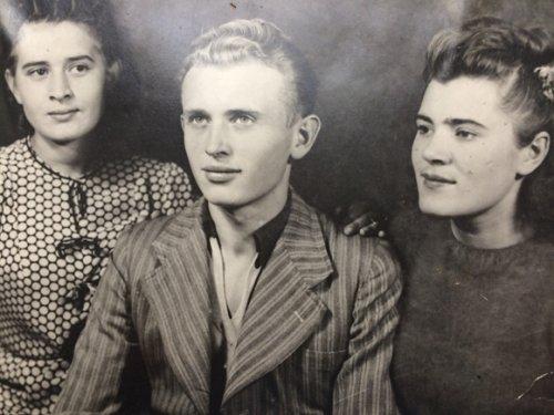 На фото слева на право: Люся Горелая, брат Александр и Лидия Левченко. Фото периода весна 1941 года., г Ровно.